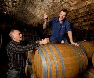 Kleine Weinprobe im Holzfasskeller